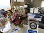 AUTOWAY様より弊社サテライトショップ開店のお花を頂きました。